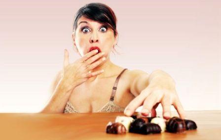 Donna-che-mangia-cioccolato